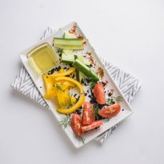 Свежие овощи с сыром моцарелла